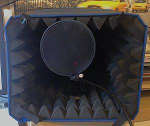 Будка для домашней звукозаписи: микрофон находится внутри, поп-фильтр прикрывает его от ненужного движения воздуха